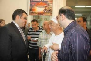 المستشار أشرف هلال محافظ المنوفية يتحدث مع الناخب المسن