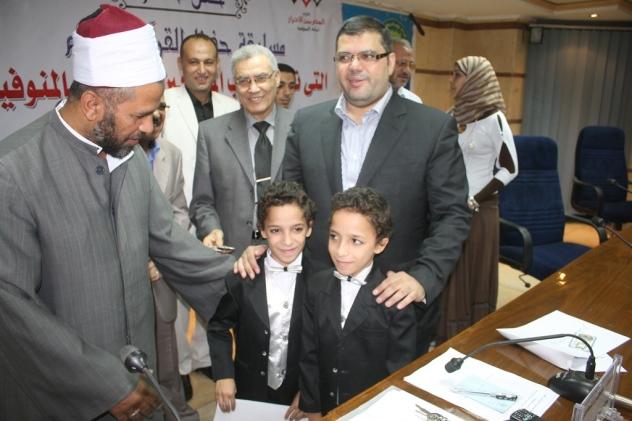 المحافظ فى صورة تذكارية مع التوأم الحسن والحسين اثناء تكريمهما