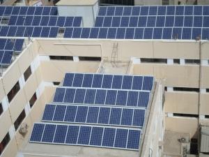 الخلايا الشمسية على سطح الديوان العام