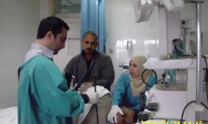 د . طارق عصام اثناء الكشف على احد المرضى بالمعهد