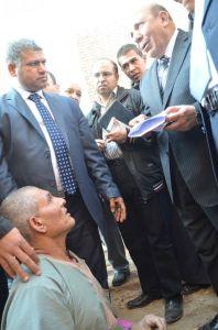 المواطن يقدم أوراقه لوزير التنمية المحلية فى حضور الزميل أسامة الملاح مدير مكتب وكالة انباء الشرق الأوسط بالمنوفية