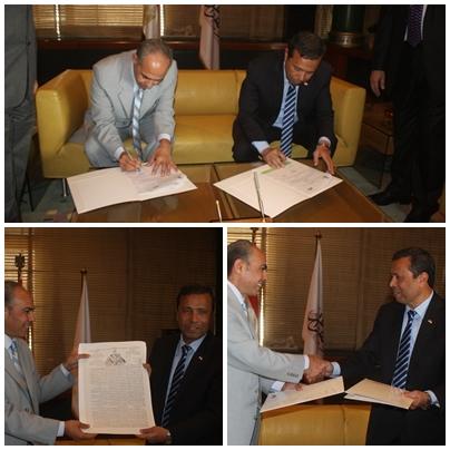 الدكتور احمد شيرين فوزى و الدكتور احمد النجار اثناء توقيع البروتوكول