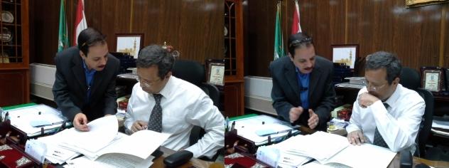 الصحفى مصطفى الشهاوى اثناء عرض طلبات المواطنين على محافظ المنوفية